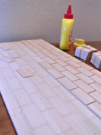 石垣になる板を貼って、作業中