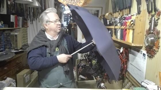 傘修理ティエリー・ミエさん