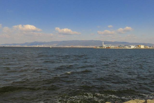 尼崎の魚釣公園から瀬戸内海を挟んで眺めた六甲山