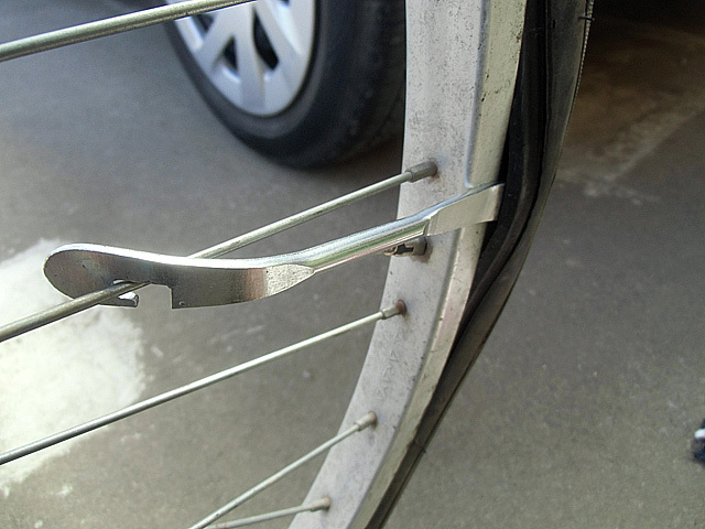 4-フック金具をタイヤにひっかける