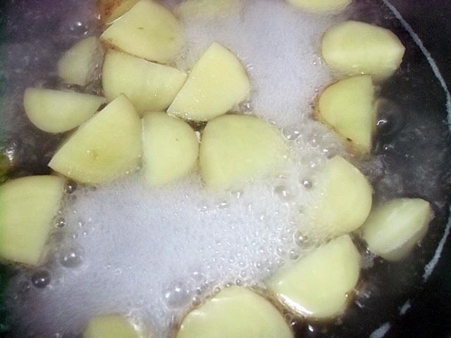 ジャガイモを茹でる