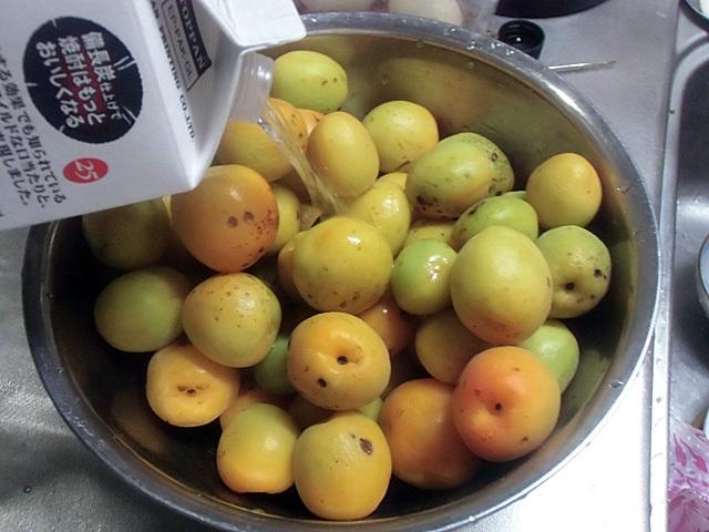 梅を焼酎で洗う