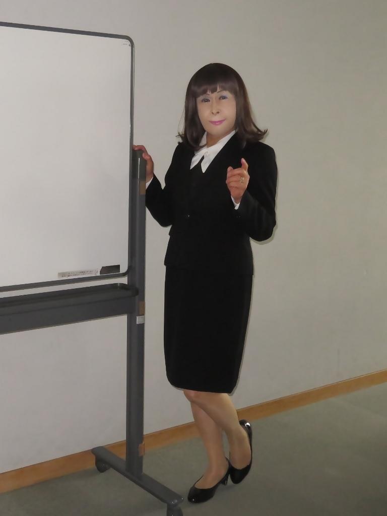 黒OLスーツ研修室A(1)