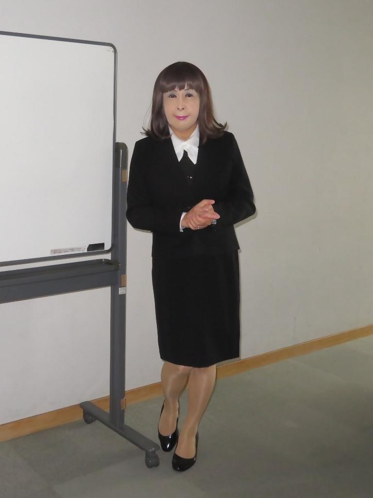 黒OLスーツ研修室A(2)