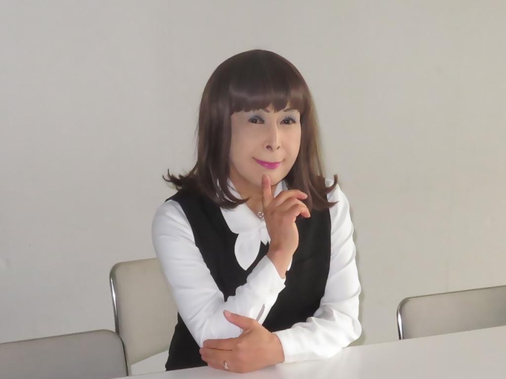 黒OLスーツ研修室A(7)