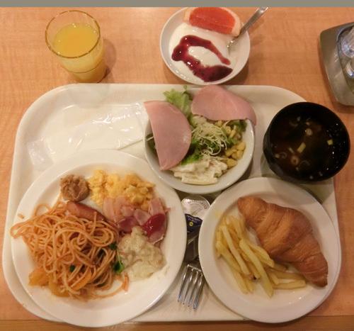 8日朝食、やはり食べすぎで・・・。