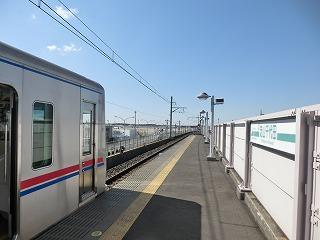 芝山千代田駅成田方から成田空港を望む(駅名看板入り)