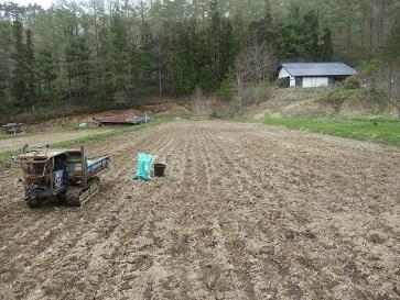 田に肥料散布