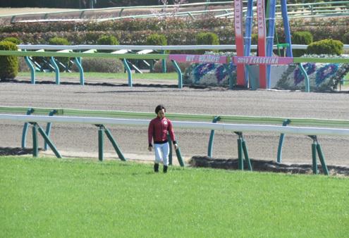 馬場を確かめる騎手
