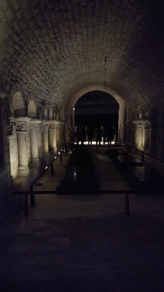 地下墓地は薄暗い