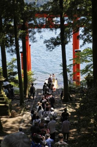 人気の撮影スポットになっている芦ノ湖に浮かぶ鳥居