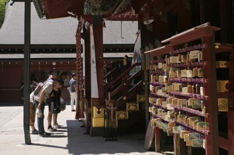 箱根神社本殿に参拝する人