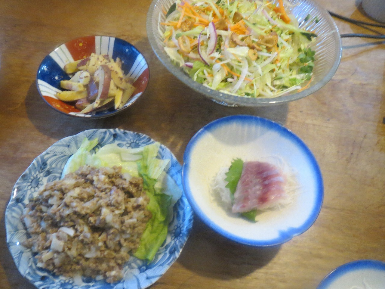 挽き肉の炒めもの、いさき、サラダ、さつまいも