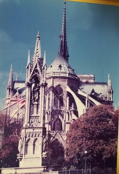 1 39年前のノートルダム大聖堂