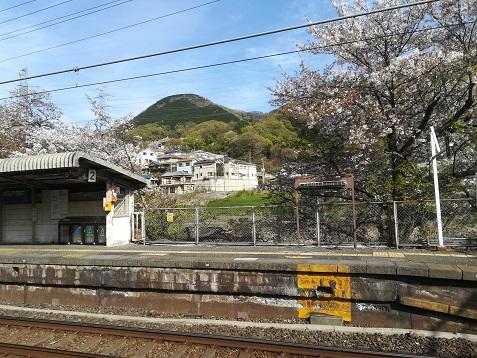 18 JR河内堅上駅から明神山を望む