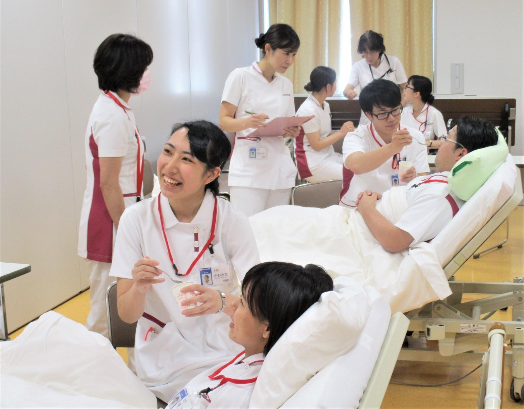 患者さんと笑顔で接します