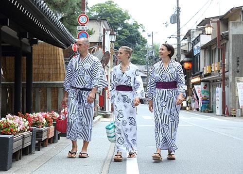 旅館まつやの浴衣で城崎温泉街をそぞろ歩くスイスからの家族旅行客