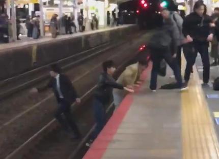 駅のホームから転落した人を助けようと居合わせた男性らが救助→ 救助のために線路内に立ち入った男性らに非難が殺到 「『ホームから降りて助けた俺カッケー!!』と思っているのかな」