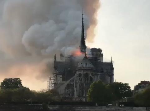 パリ中心部にあるノートルダム大聖堂で火事、屋根裏付近から火が出て現在も火の勢いは収まらず(動画)