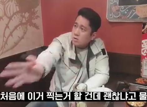 韓国人Youtuber、日本の飲食店で韓国語を大声で喋りながら配信→ 店員「他のお客さんからクレームきてるんでやめて頂いて宜しいですか」→ 韓国人、店員の態度が気に食わないとイチャモン→ 店長、膝をついて謝罪(動画)→ 韓国人コメント「かっこいい」と絶賛