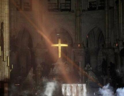 焼け落ちたノートルダム大聖堂で十字架だけが燃えずに残る→ 篤信者「これを見てもなお神を信じない理由を説明してみてください」→ あっさり論破、的確な回答っぷりに世界が絶賛
