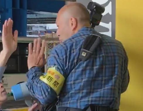 朝日新聞カメラマン、神戸市バス暴走事故の現場にて、歩行者の邪魔になるような取材行為で炎上(動画) … 市バス職員「離れた位置から撮影してください」 朝日「危険なものなにもないやん」