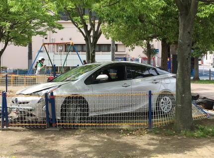 公園で遊んでいた園児に、近くの駐車場から発進した65歳運転のプリウスが突っこむ … 女性保育士が園児を庇い骨折、園児にけがは無し - 千葉・市原