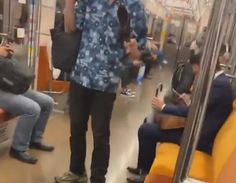 電車の中でトリッキーなステップで傘を振り回しながら陽キャを威嚇する鉄ヲタの動画が拡散される(動画)