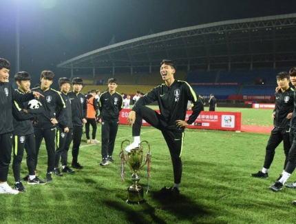 中国で行われたサッカーユース大会、優勝したU-18韓国代表の選手が優勝トロフィーを足で踏んで喜ぶ(画像)→ 「重大な侮辱行為だ」と炎上→ 韓国チームの優勝が剥奪される