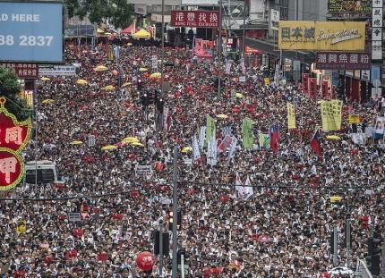 天安門デモの再来、中国本土への容疑者引き渡しを可能にする「逃亡犯条例」の改正案に反対する香港での大規模デモ、主催者発表で103万人にまで膨らむ … 中国共産党「西側勢力の陰謀」と非難