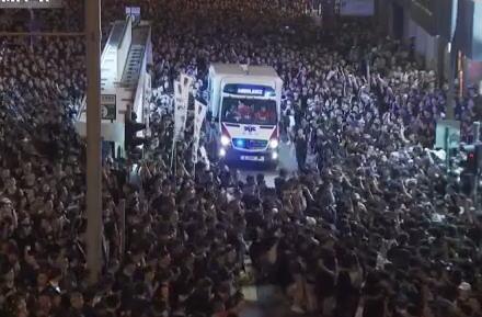 香港の大規模デモの最中、群衆に埋め尽くされた道路に一台の救急車が→ 驚くべき民度の高さで人垣が左右に分かれ、何事も無かったかのようにスムーズに通過