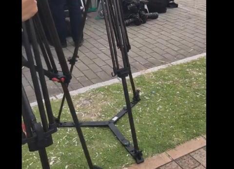 地元有志が手入れしている歩道脇の芝生の植え込みに、テレビ局のカメラマンらが脚立を立てて踏み荒らす … 近所の住民が激怒(動画)、NHK大阪とMBSが謝罪