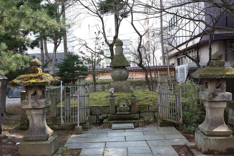 ブログ 五輪塔(空、風、火、水、地)の蒲生の墓地.jpg