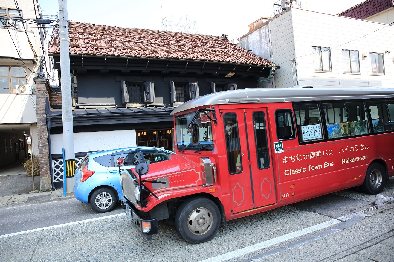 ブログ 漆器屋さんの前のボンネット型のバス.jpg