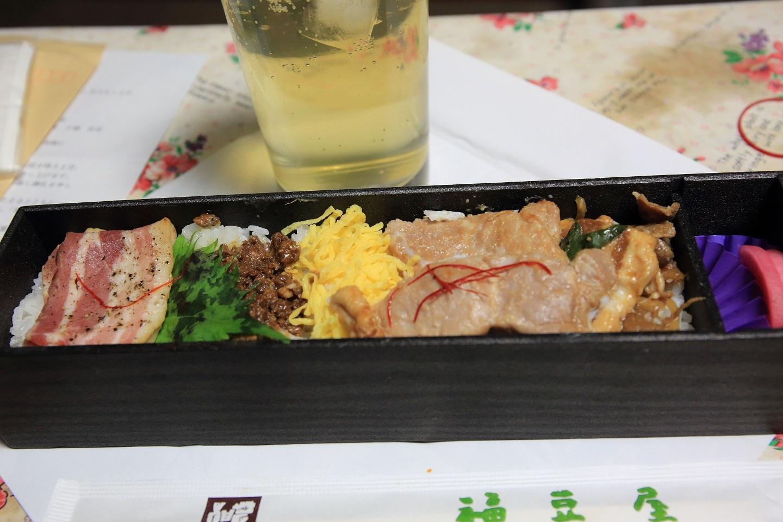 ブログ 夕食の駅弁の中身.jpg