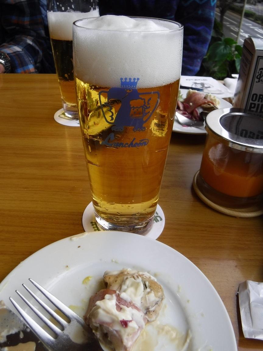 ブログ 二杯目は日本のビール生で.jpg