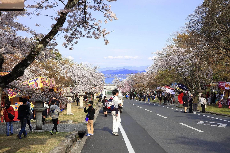 ブログ 参道の坂道、先は琵琶湖.jpg