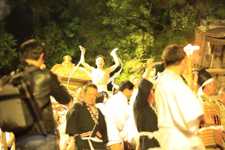 ブログ 三宮の神輿階段上に到着.jpg