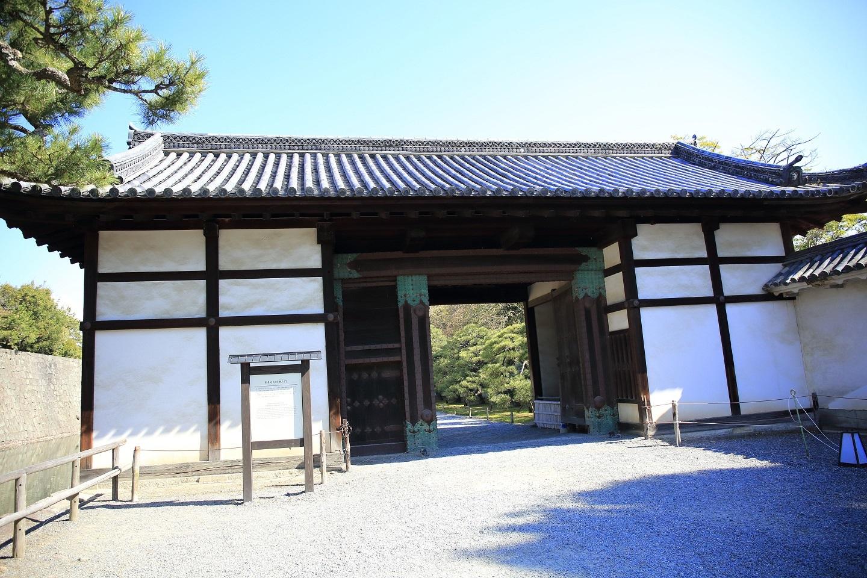 ブログ 二の丸庭園へと続く重文の桃山門.jpg