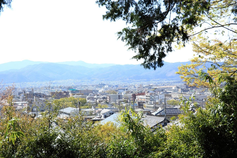 ブログ 市街地を見下ろす芭蕉庵.jpg