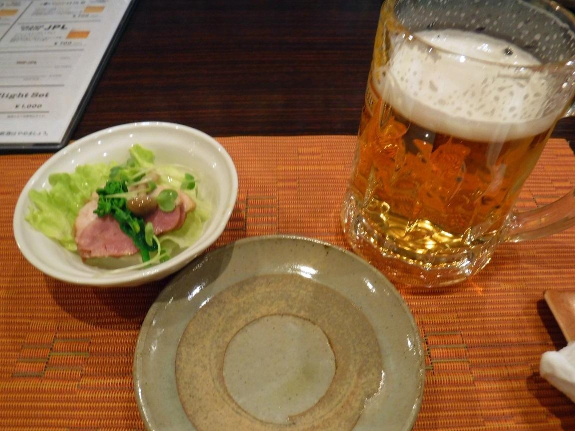 馴染みの酒屋で、ビールで始めます.jpg