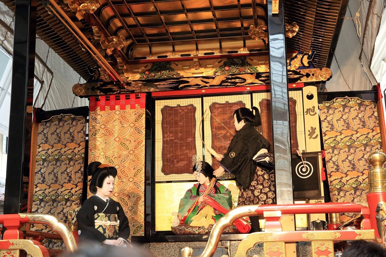 ブログ 吉岡、御前から遊んでいる弓矢を取り上げる.jpg