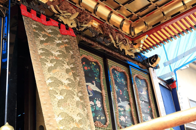 ブログ 曳山の立派な彫り物のある内装.jpg