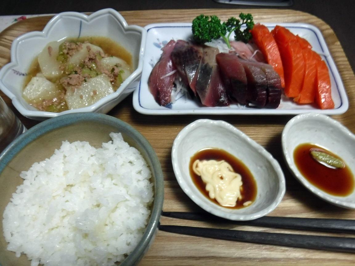 ブログ 夕食  刺身とコカブのひき肉煮.jpg