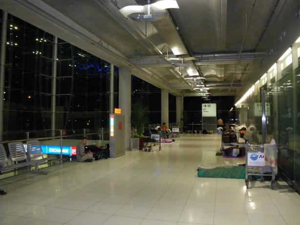 バンコク国際空港 奥の方がビバークポイント_サイズ変更