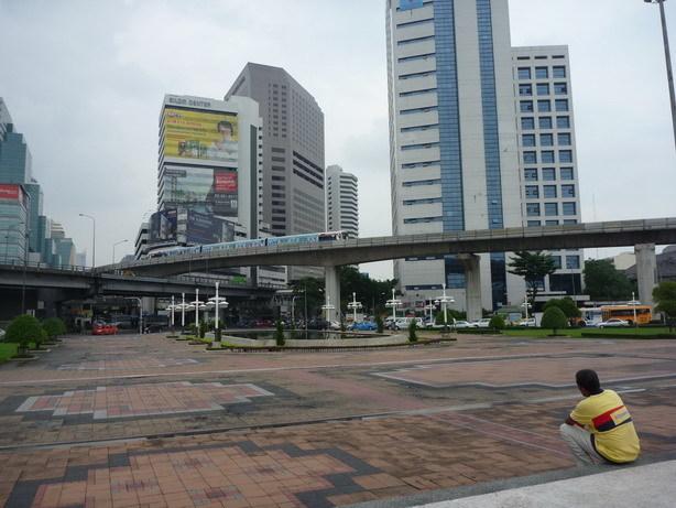 Rama VI世像の前から ビルとBTS_サイズ変更