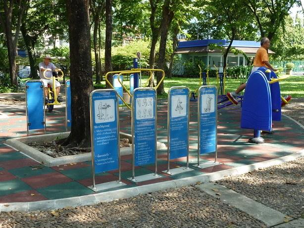Rommanee Nat Park 運動公園のマシーンに乗るじいちゃんたち_サイズ変更