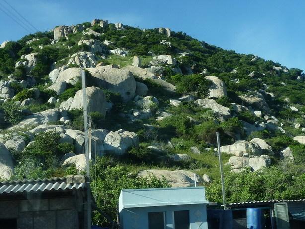 バスの車窓から 花崗岩と思しき岩が露出した山_サイズ変更