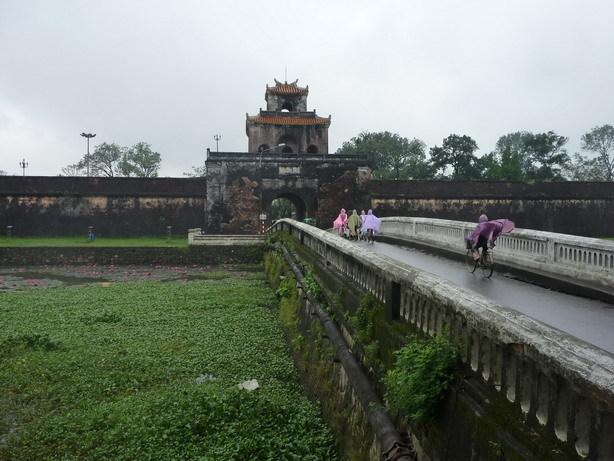 Dai Noiの一番外側の壕と城壁1_サイズ変更