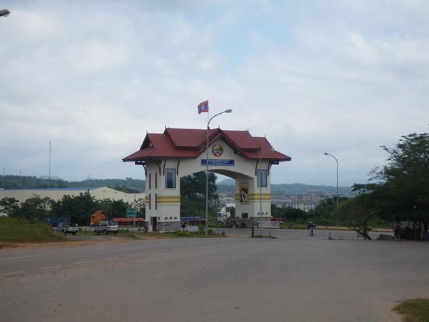 ラオス側の国境ゲート_サイズ変更